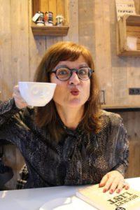 Koffie bij Okkernoot met mijn blauw montuur.